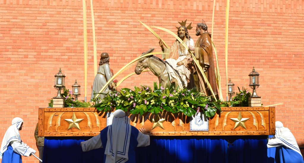 Alumnos y ex-alumnos acompañaron a la Burrica en la procesión del Domingo de Ramos