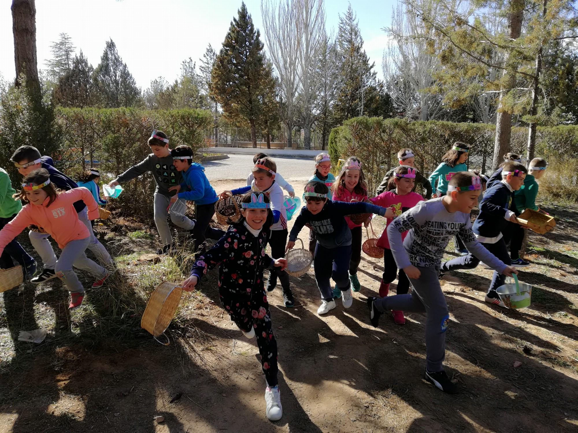 Los alumnos de Infantil y Primaria disfrutan buscando huevos de Pascua