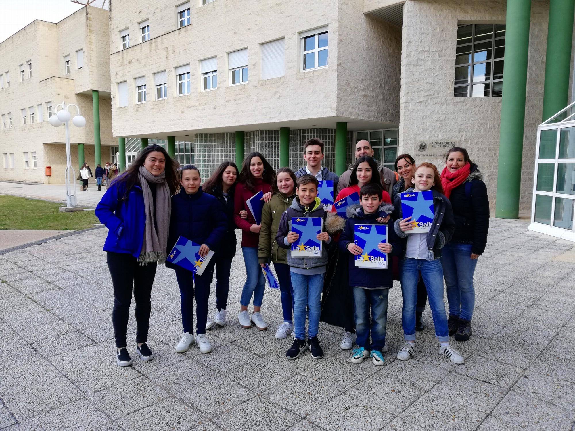 Participantes en el concurso de lectura en público y sus profesores