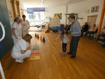 Convivencia entre niños de Infantil y ancianos del centro de día