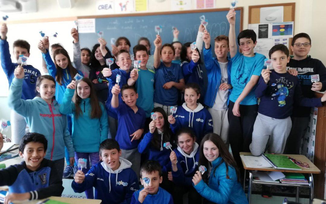 Un colegio vestido de azul